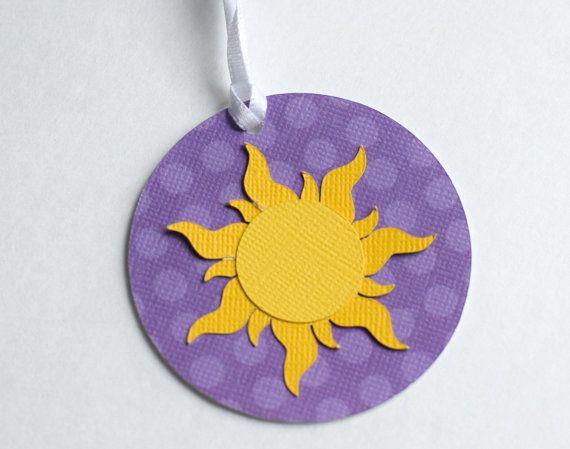 Nuestra línea de partido inspirado de Tangled consiste en caprichosos patrones púrpura y soles de oro.  El papel ondulado morado mide cerca de 6 y un palo de piruleta blanca se une en la base. El sol se une con puntos pop para la dimensión.  Este listado está para el palillo del 1 centro. Estos aspecto grandes en cubos de metal, floreros, botellas llena de jirones de papel, chicles, dulces, etc. Las posibilidades son infinitas. El palillo de centro de mesa es una manera fácil para decorar…