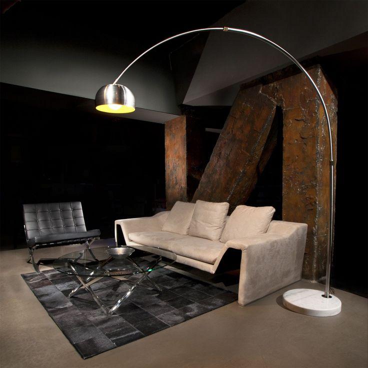 Lámpara de pie NEW con base de mármol, Silla Barcelona en negro, Bol Zodiaco plateado - Showroom de SuperStudio en Barcelona
