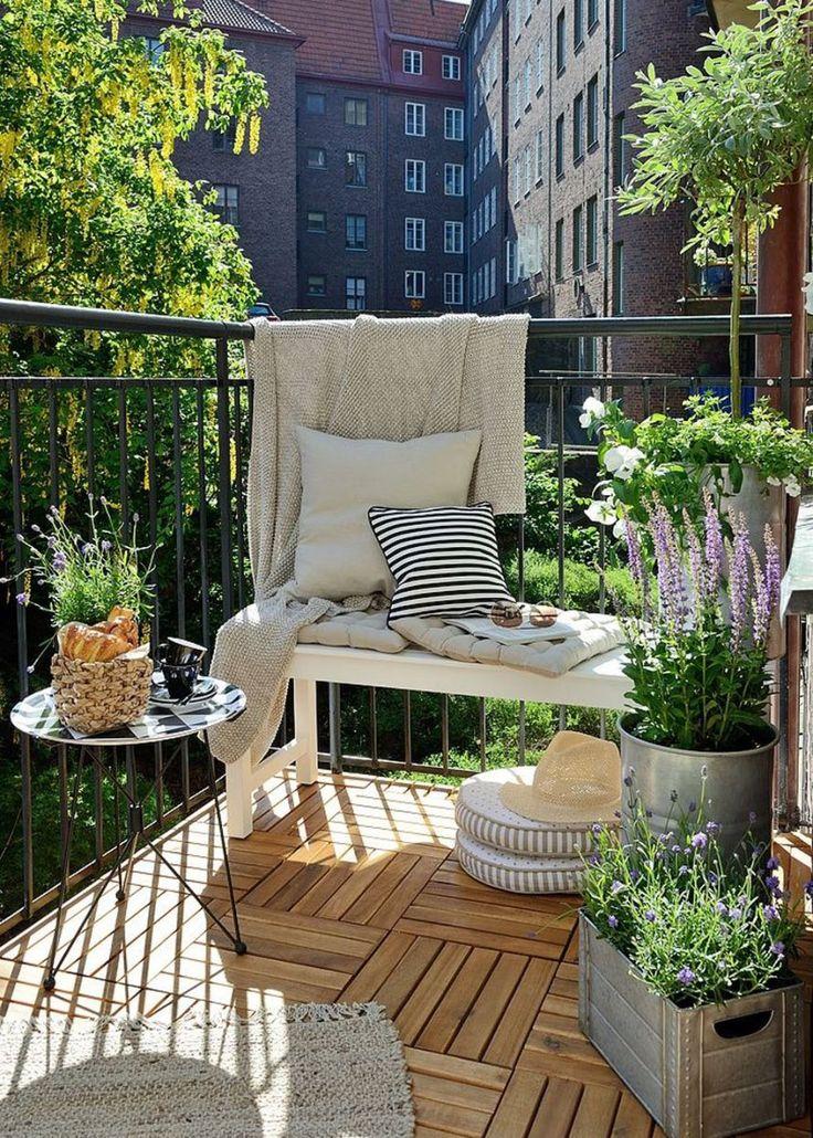 Si vous aimez la décoration scandinave jusqu'à la transposer dans votre espace extérieur, voici la bonne astuce : des caillebotis au sol pour renforcer l'esprit nature, des pots de fleur en métal pour sublimer la verdure avec style, et du textile couleur beige pour l'atmosphère apaisante. Le tout rehaussé de quelques notes de noir, notamment avec la petite table d'appoint, qui rappelle le noir de la rambarde. On retient le style naturel qui donne au petit balcon un esprit champêtre reposant.