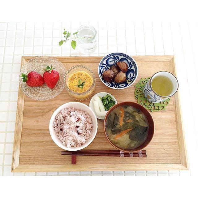 c_chan0118・・・・・・・・・・・・・・・・・ おはようございます☼ ・ 良い天気で、清々しい朝〜(⍢)! だんだん春っぽくなってきてますね◎ ・ ・ 今朝はお腹が減ったので掃除の前に 洗濯機を回しているうちに朝ごはん☆ ・ 和食の時はお味噌汁と納豆必須です◡̈︎ the 発酵食品◎ 納豆に卵の黄身だけ入れて たくさん混ぜて食べるのが好きです¨̮♡︎ ・ あとは前日の残り物。 味噌汁も前日に朝用にたくさん作って…⚘ ・ 実家の朝はいつもパンだったので 和食の朝ごはんのときって 鮭焼いたり、卵焼き焼く以外に なにを食べたら良いのかイマイチ分からず。。 朝からお金もかけたくないので← 鮭もアラが大量に入ったのを一切れずつ冷凍保存。 ・ あとは朝食の定番ってなんだろう…? ・・・・・・・・・・・・・・・・・・・・・ @locari_kitchen #locari_kitchen #IGersJP#KURASHIRU#onthetable#LIN_stagrammer#delistagrammer#kaumo#お家ご飯 #おうちごはん#朝ごはん#食卓#ふたりごはん