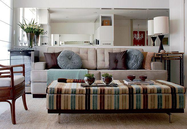 Aposte em móveis suspensos, como esta estante. Ela armazena objetos mas não atrapalha a área de circulação, nem pesa visualmente