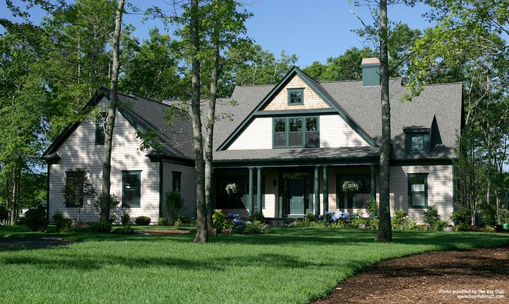 This country home proposes an exterior siding made of genuine wood in order to create the perfect rustic décor. The Victorian fish-scale and the classic individual shingles are ideal to reflect the style of this antique residence.