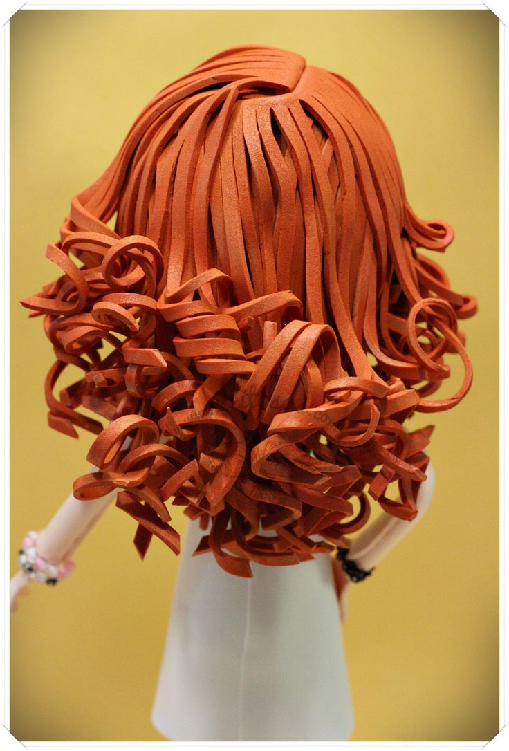Fofucha pelirroja con vestido, medias y tacones. También incluye anillo y pulseras. Todo hecho en goma eva excepto sus medias de rejilla, que son de verdad, cortadas a medida. www.xeitosas.com