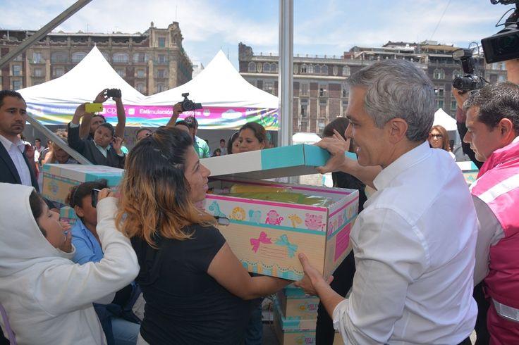Cada paquete tiene un costo de mil 350 pesos y contiene una cuna, un colchón, un juego de sábanas, una cobija, dos mamelucos de 0 a tres meses, un gorro, dos pares de calcetines, una pañalera, un fular para bebé, un tiraleche con contenedor y un cuadernillo de cuidados.