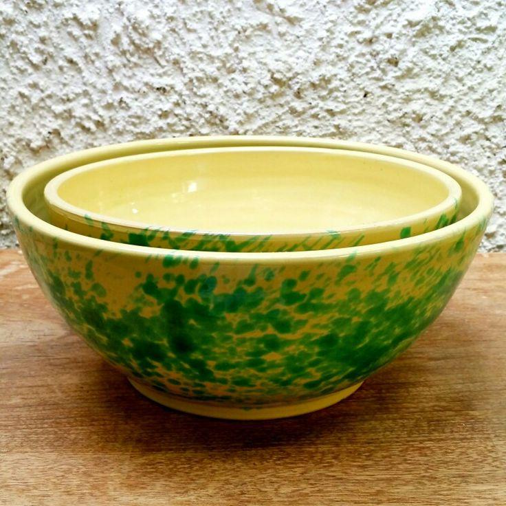 Tradizionali grandissime ciotole / insalatiere in ceramica vintage di lavorazione artigianale, dipinte a mano. Mai usate, quindi come nuove.