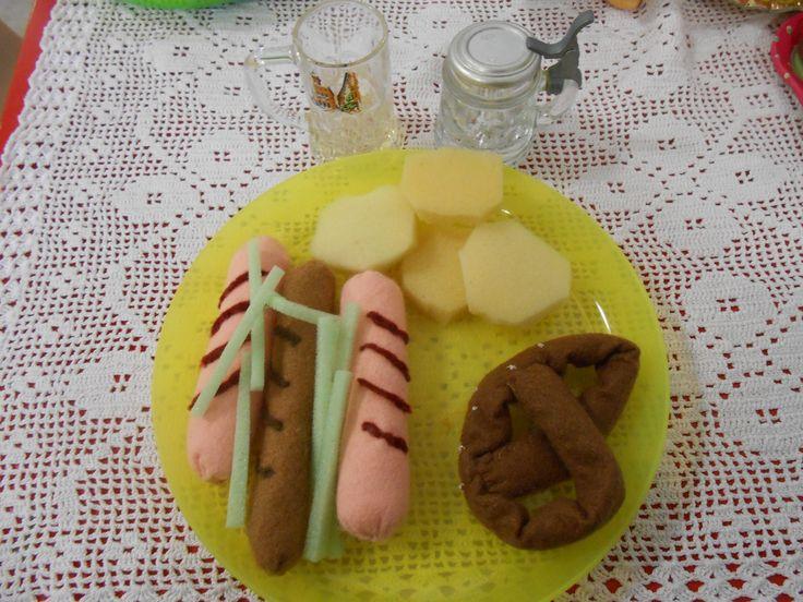 felt food: Wurstels,crauti,patate, bretzel con veri boccali di birra (piatto tipico tedesco)