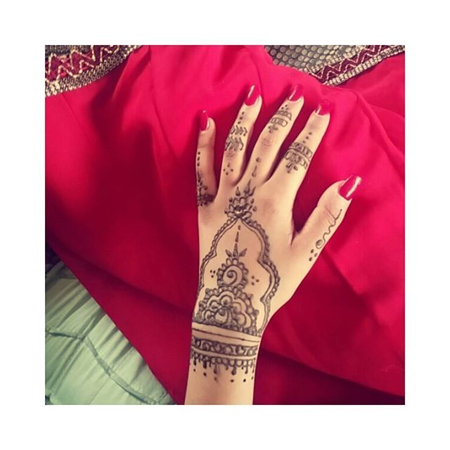Throwback to my Eid mehndi/henna last year 🎊 .. I love this simple and elegant design ❤ time to get motivated and back into it!  #Eid #mehndi #mehndiart #hennatattoo #hennalove #hennalookbook #scotland #hennainspire #indian #progress #practice #hennabyjalisha #ink #freehand #jaguagel #tattoos #red #photooftoday