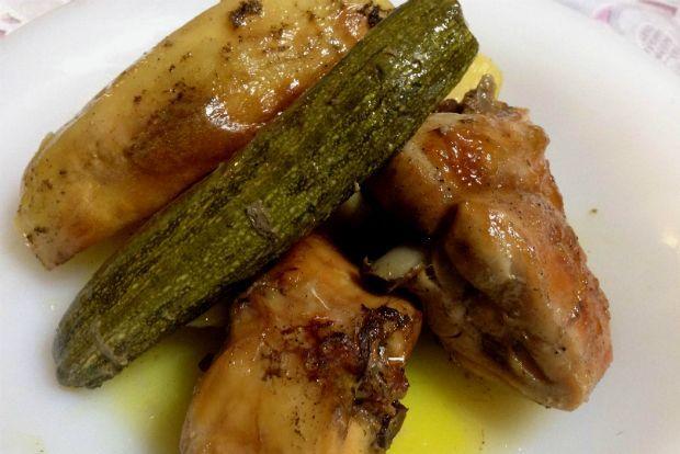 Το κρέας του κουνελιού αποτελεί αναπόσπαστο κομμάτι της κρητικής διατροφής και μαγειρεύεται με πολλούς και διαφορετικούς τρόπους. Πλησιάζοντας την άνοιξη σκέφτηκα να το παντρέψουμε με πατάτες και μικρά δροσερά κολοκυθάκια που κάνουν δειλά - δειλά την εμφάνισή τους στους πάγκους της λαϊκής.