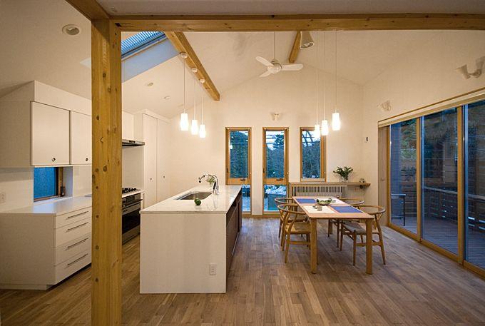 この住宅も 無垢フローリングと木部はすべて自然塗料 壁天井は珪藻土です 珪藻土は一見汚れやすそうですが 光触媒作用があり汚れ は分解されていつまでもきれいです シミが付いてもしばらくすると分解され消えてしまいます この写真 木質感が程良いキッチンと