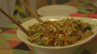 En nem ret i, som tilberedes i wok, og hvor du bruger de rester af grøntsager, du nu har liggende. En skøn ret af kok Jesper Vollmer, hvor du få tømt køleskabet.