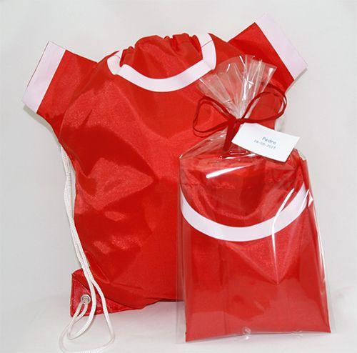 Cosas43, detalles y regalos para los invitados, boda, comunión y bautizo, regalos infantiles Mochila con forma de camiseta en bolsa y tarjeta personalizada [06-34042D] - Regalos para los niños. Mochila con forma de camiseta.Se presenta en bolsa con rafia a tono y tarjeta personalizada.Medida: 47 x 38 cm Material: Poliéster