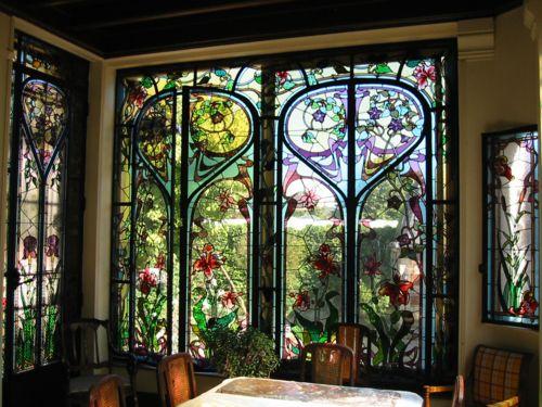 Jardin dhiver art nouveau Volutes et motifs art nouveau, clématites, iris et narcisses sont représentés dans un style assez différent de lÉcole de Nancy Maison Schott (1863), vitraux dAntoine Bertin (1900) quai Choiseul à Nancy