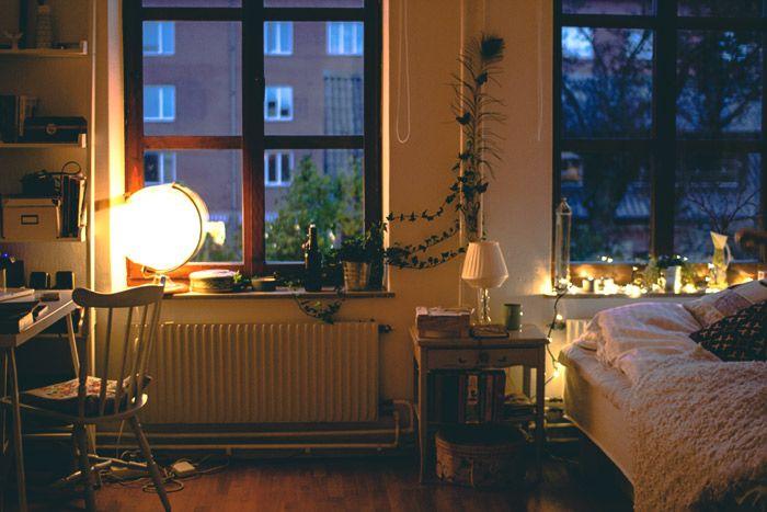 Studentenkamers kunnen zooo fijn zijn! Mooie ramen, mooie stoel, en zo ligt mijn adapter er ook altijd bij - weggemoffeld onder de verwarming
