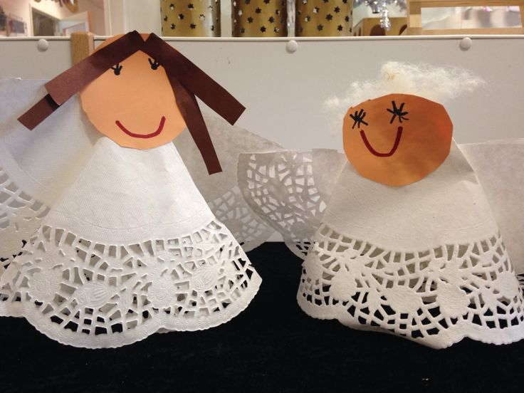Engelen gemaakt mbv taart onderleggers en schapenwol voor het haar. Door juf Ingrid den Hollander