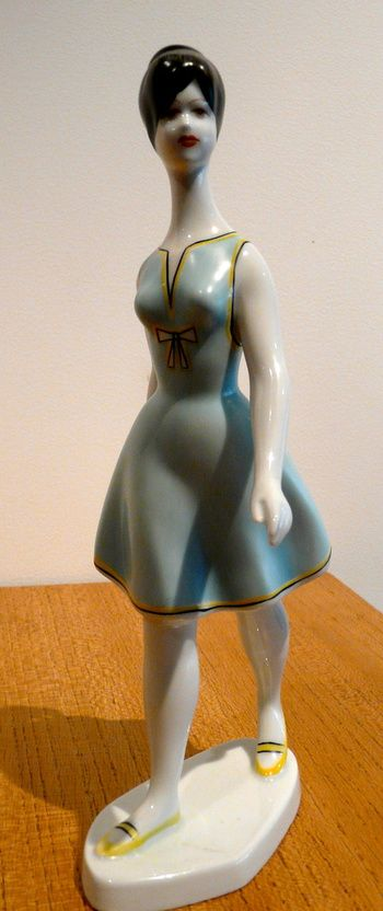 A HOLLOHAZA PORCELAIN FIGURINE OF A 1950'S WOMAN | Collectors Weekly