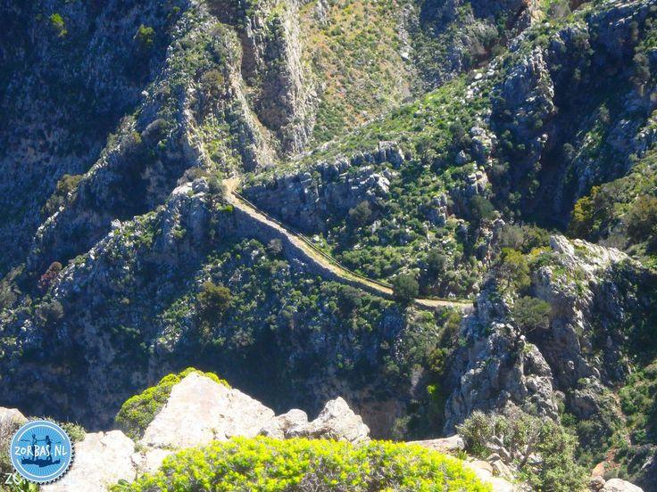 Mesonas kloof op Kreta:Deze kloof ligt in het oostelijke deel van Kreta met een regelmatig een prachtig uitzicht over de Baai van Mirabello. Grote delen van de wandeling gaan over een kalderimi, de oude verbindingswegen of eigenlijk ezelspaden op Kreta. Het is een behoorlijk pittige wandeling die begint bij het dorp Kavousi en gaat langs