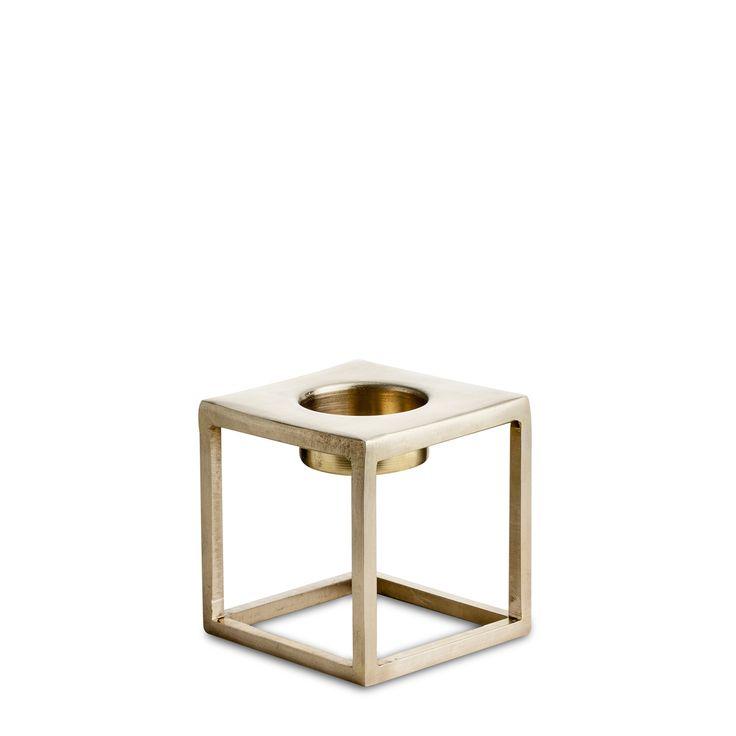 Brass T-kynttilänjalka merkiltä Nordstjerne. Erittäin hurmaava kynttilänjalka, joka sopii erinomaise...