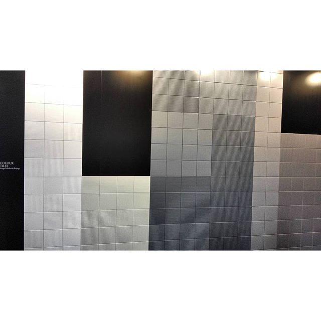 Матовая керамическая плитка двойного обжига для создания граничных декоративных панно Colour Tiles. Коллекция дополнена широкой гаммой однотонного напольного керамогранита толщиной 7 мм. Дизайн Scholten&Baijings, новинка #Cersaie2015 от #CeramicaBardelli #плитка #керамика #BolognaFiera #bologna #вседляванной #дизайнинтерьера #дизайн #яркийдизайн #потомучтокрасиво #тренд2015 #геометрия