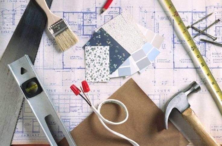 Кисть для краски, молоток, уровень, гвозди, ножовка, кусочки обоев, карандаш, проводка
