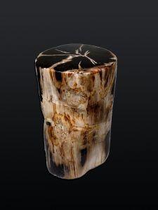 Decoración usando piezas de madera petrificada