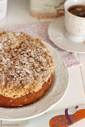 Este Apple Crumble Cake es un delicioso pastel con manzanas húmedas en el interior y una capa crujiente de migas arenosas. Toda una explosión de sabor.