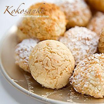 Kokosanki, przepis na ciasteczka kokosowe z wiórkami kokosowymi i masą maślaną.