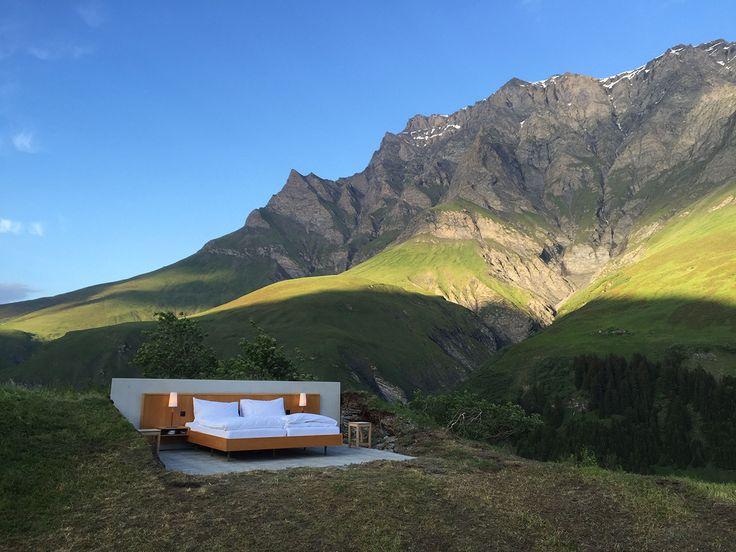 Een openluchthotel in de Zwitserse Alpen. Het klinkt net zo gaaf als dat het er uitziet. Een luxebed staat middenin de natuur te wachten tot je er in klimt. Tot eind augustus kun je een nacht door brengen onder de sterren in de Alpen. Oh, en je krijgt er je persoonlijke butler bij.