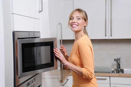 Nettoyer son four à micro-ondes - Astuces de grand mère :Versez dans un bol un grand verre de vinaigre blanc. Placez le bol dans votre four à micro-ondes. Faite chauffer le bol dans votre micro-ondes pendant trois minutes à puissance maxi. Toute la graisse et les ingrédients collés sur votre four s'enlèveront facilement avec une éponge. Puis essuyez avec un torchon propre ou un essuie-tout. Plus besoin de frotter !!: