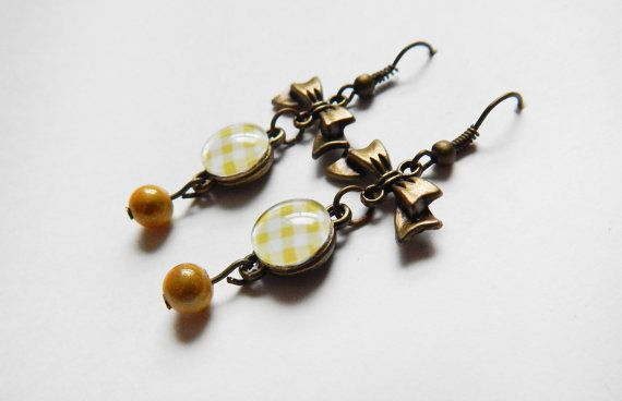Boucles d'oreilles avec boucles et carreaux blancs par NotInDiamond, $10.00
