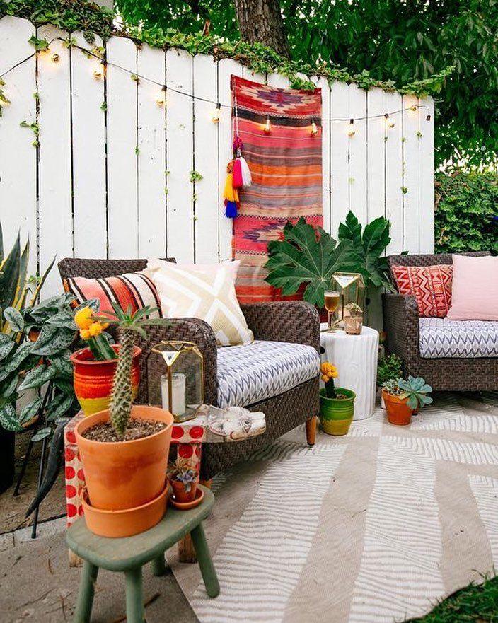 Aproveite as áreas externas para relaxar! Estampas coloridas e poltronas confortáveis são ótimas combinações  #decoracaodeinteriores #designdeinteriores #inspiração #inspiration #arquiteturadeinteriores #mobly #moblybr #bomdiaa #coffe #plant #varanda #flores #color #sun #sabado #homesweethome #homenature #natureza #paz #color #bomdia #alegria #lardocelar #relax