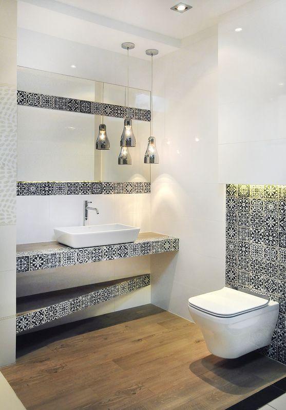 Biała łazienka z płytkami typu mozaika. Ciekawy pomysł na ich położenie!