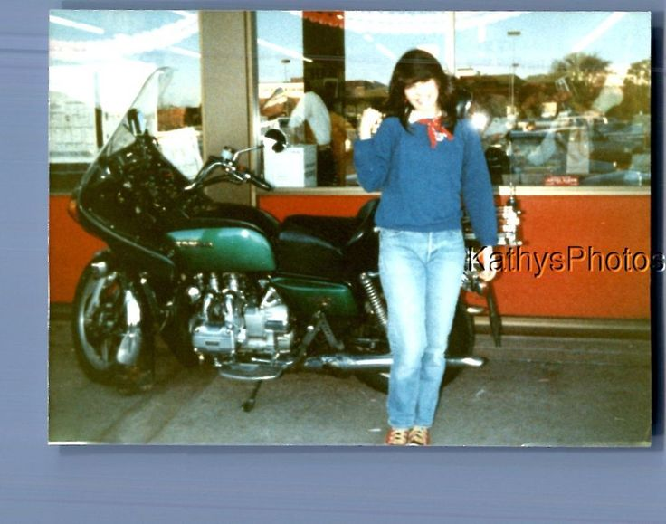FOUND COLOR PHOTO B+9879 PRETTY WOMAN POSED BY MOTORCYCLE OUTSIDE STORE