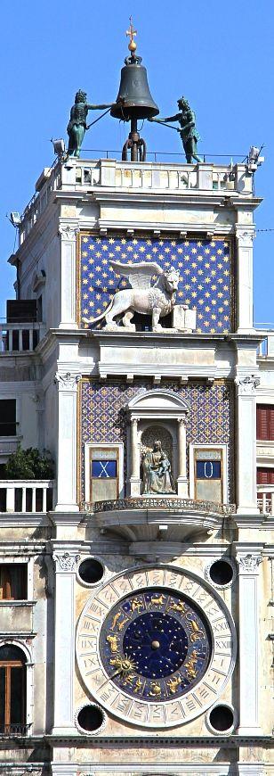 La tour de l'horloge, à Venise sur la place San Marco. Tour du XVe siècle, orné d'une horloge qui indique les heures, les phases de la lune et les signes du zodiaque. Au-dessus de l'horloge, une statue de la Vierge, un lion de San Marco et sur les deux premières statues de Maures frappant la cloche toutes les heures.