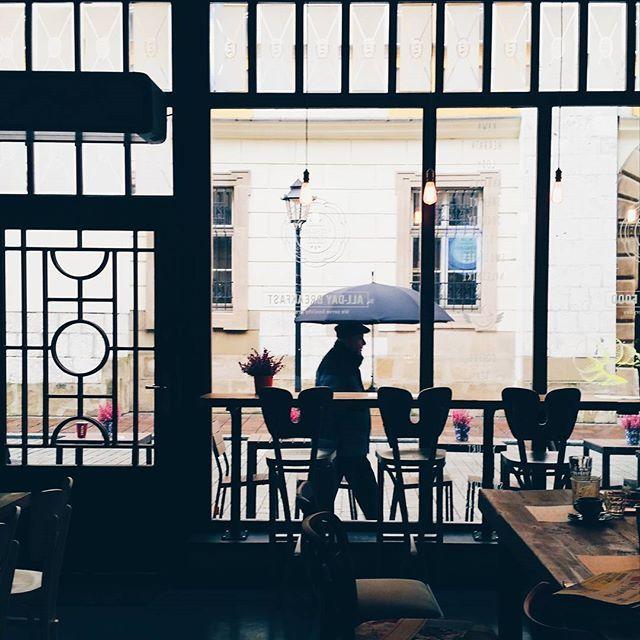 I'm not moving anywhere 😋 #fitagaincafe #window #umbrella #autumnwalk  #pancakes #cracowbreakfastspots #cozyplace #krakow #breakfast #cafe #igerskrakow