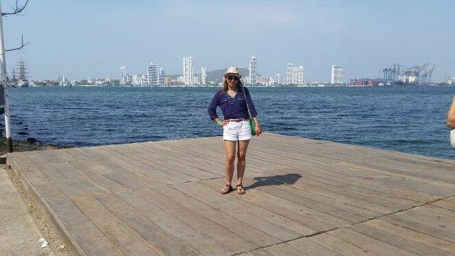 Pinta playera short, blusa ligera, bolso grande, sombrero, lentes de sol y accesorios