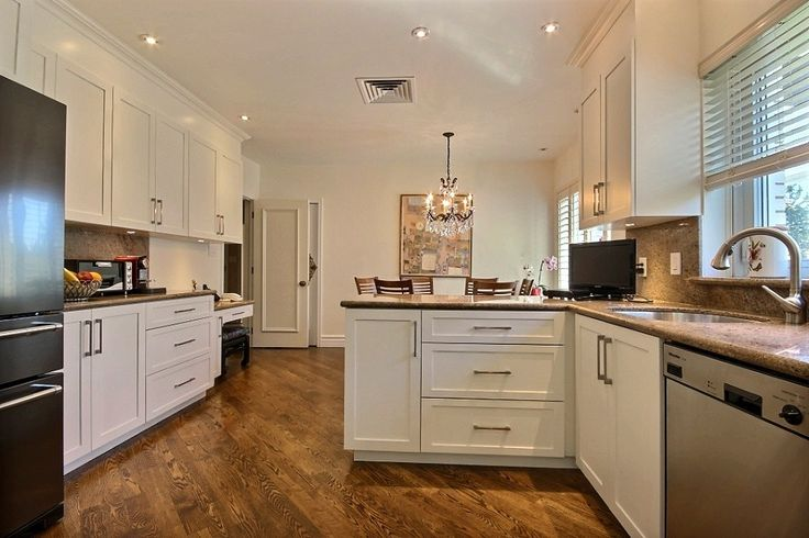 White shaker doors, counter and backsplash in granit.   Portes d'armoires shaker blanc, comptoir et dosseret en granite. kitchen design / cuisine design alpin