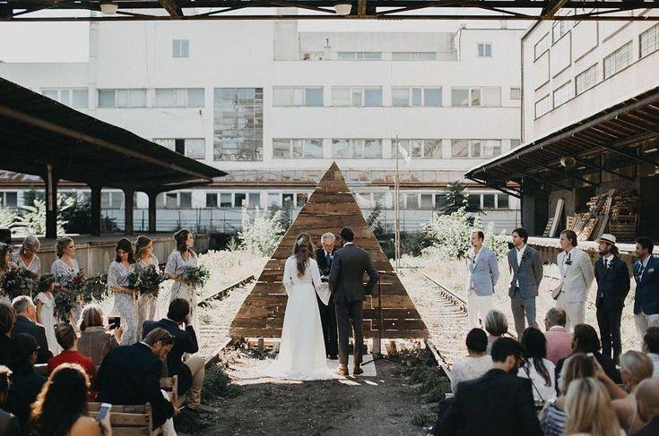 Een van mijn favoriete inspiratieplaatjes: omdat je overal kan trouwen, ook op een verlaten treinstation & dat is awe-some ✨ // 📷 @coupleofprague via @greenweddingshoes ⠀ ⠀ #trouwen #huwelijk #verloofd #thatsdarling #solovely #darlingmovement #pursuepretty #thehappynow #flashesofdelight #mybeautifulmess #rocknrollbride #proudmaryweddings #trouwtrends #instawedding #weddingstyling #instawed #weddingplanner #ceremoniemeester #outdoorwedding #lessismore #engagednl #prague #trouwceremonie…