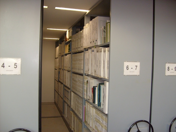 Depósito de revistas en estanterías de tipo compacto.