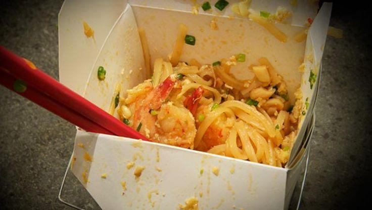 Pad thai - Pad thai skal spises med pinner. - Foto: Fra tv-serien Munter mat (Spise med Price) / DR