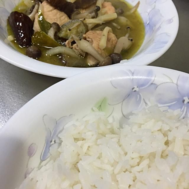 最近ハマってるグリーンカレーをペーストからつくりました。 ご飯はもちろんタイの香り米。 ココナッツミルク、鶏肉、ナス、ピーマン、竹の子、こぶみかんの葉、ナンプラー、タイの香りが最高です! - 38件のもぐもぐ - グリーンカレー。。 by porco1959
