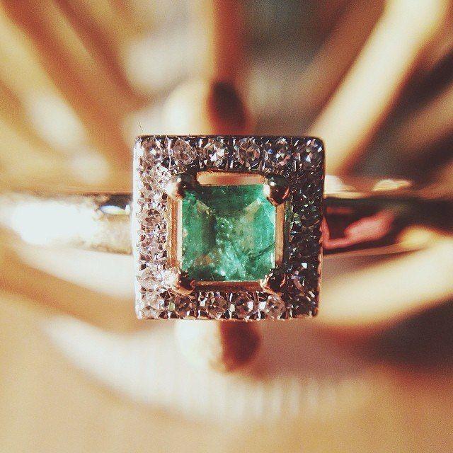 Кольца с изумрудом в каталоге украшений «Магия Золота»  В этом разделе представлены великолепные кольца с изумрудом. Для их изготовления использованы лучшие образцы камней богатейших изумрудных месторождений Бразилии и Замбии, а также российское золото 585 пробы и серебро 925 пробы. В нашем магазине кольцо с изумрудом купить Вы можете как для себя, так и в подарок, а мы бесплатно добавим в Ваш заказ подарочную коробочку. Посмотреть: http://www.magicgold.ru/catalog/ring-emerald/