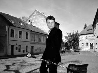Začal jarní úklid města. Jarní  úklid města byl zahájen ve čtvrtek 11. dubna.  Příkladem všem šli naši měsští úředníci pod velením tajemníka Petra Nováka. Foto M. Gregor.