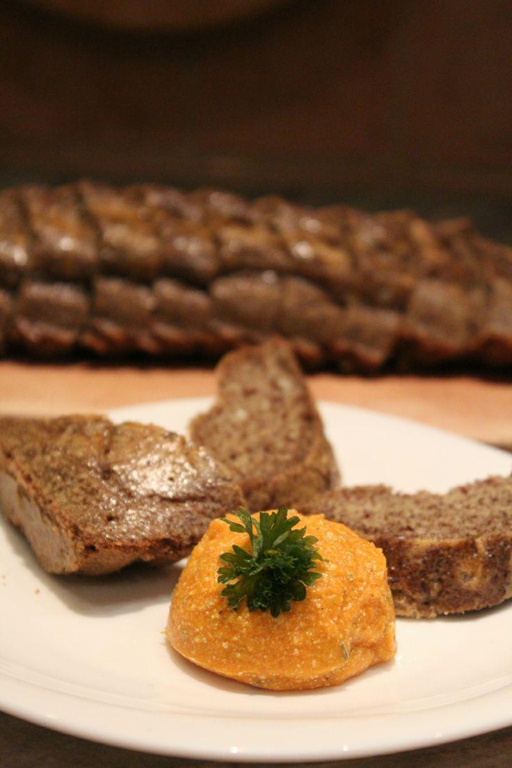 Paleo lenmaglisztes kenyér batáta krémmel.