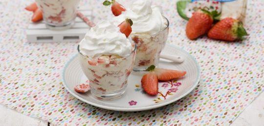 Deser bezowy z musem truskawkowym