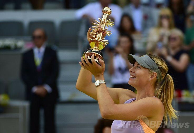 テニス、マドリード・オープン(Mutua Madrid Open 2014)女子シングルス決勝。トロフィーを掲げるマリア・シャラポワ(Maria Sharapova、2014年5月11日撮影)。(c)AFP/PIERRE-PHILIPPE MARCOU ▼12May2014AFP シャラポワがハレプを撃破、2週連続優勝 マドリード・オープン http://www.afpbb.com/articles/-/3014609 #Maria_Sharapova