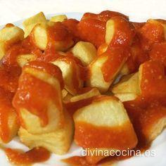 Servimos las patatas bravas bien calientes cubiertas con la salsa y un poquito de perejil picado. Prueba a sustituir el perejil por menta para refrescar un poco el plato.