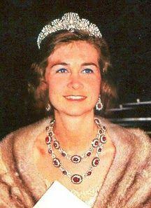 La Reina Sofia de España con los Rubies de Niarchos, montados como collar mediano de dos vueltas, y pendientes regalo de su madre, la Reina Federica de Grecia. También lleva la Tiara de Mellerio, de la Chata o de las Conchas.