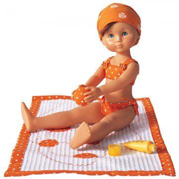 Une poupée en maillot de bain orange à pois