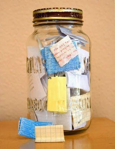 Le bocal à souvenirs :  Prenez un grand bocal et à partir d'aujourd'hui, chaque fois que vous vivez un événement positif ou heureux, notez le sur un papier que vous glisserez dans le bocal. Le 31 Décembre 2014, ouvrez votre bocal et lisez ce qui se trouve à l'intérieur.