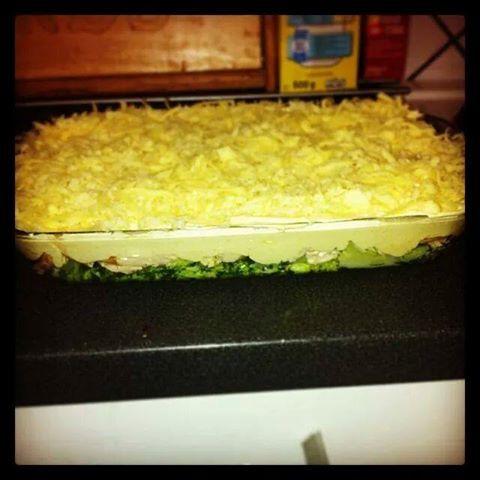 """Har lysst å dele en oppskrift med dere, for jeg personlig elsker denne retten. Og den er perfekt nå i helgen som litt ekstra """"kosemat"""". Ikke sikkert dere er interessert,  men jeg gjør det likevel :p  KYLLINGGRATENG:   *1 hel ferdiggrillet kylling (kyllingfilet kan fint brukes, men den må forhåndstekes) *1 stor broccoli *1 bx kremfløte *3/4 pakke majones *ca. 1 klype salt *2-3 ss karri(dette kan justeres etter hvor sterk du vil ha retten) *2-300 gram revet ost(også etter ønske)  Begynn med å…"""